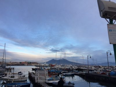 Dormire a Napoli vicino al Lungomare Caracciolo per il Silent Party sabato 14 aprile sul Lungomare Barche a Mergellina con Vesuvio